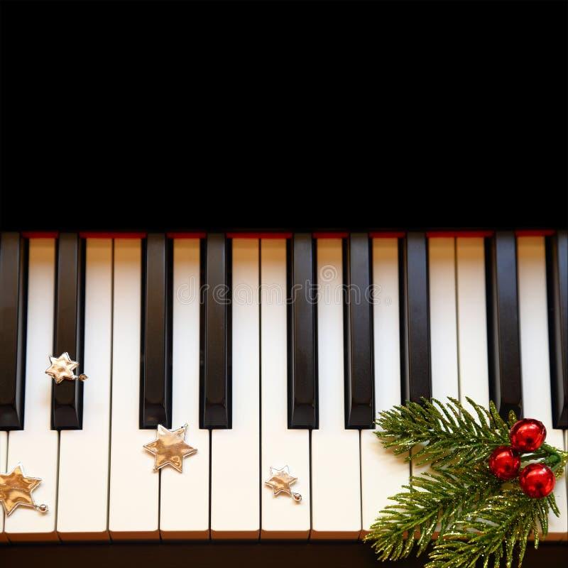 Kerstmistak op piano stock afbeelding