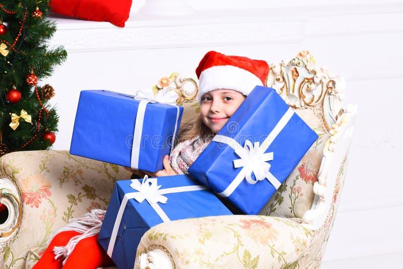 Kerstmistijd en verrassingsconcept Het aanbiddelijke jonge geitje ontvangt voorstelt royalty-vrije stock afbeeldingen