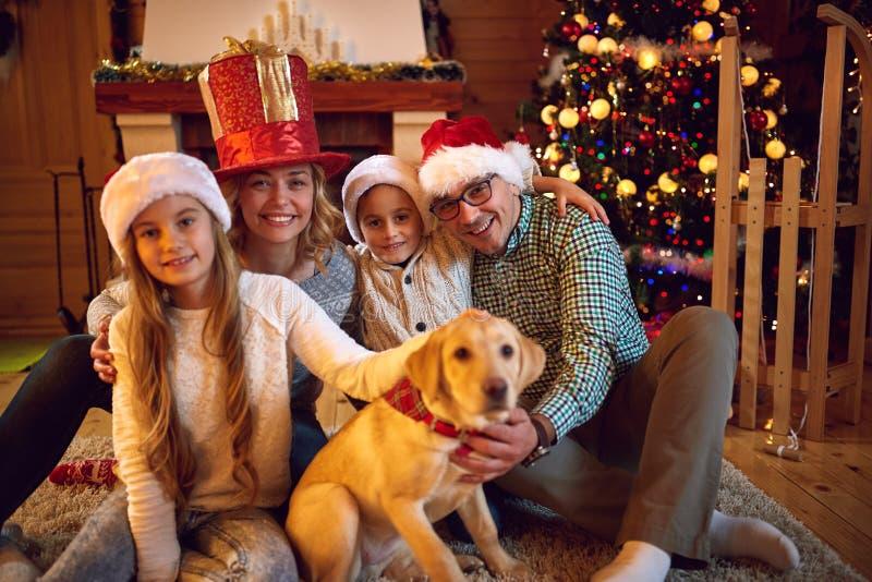 Kerstmistijd met familie wordt doorgebracht die royalty-vrije stock afbeelding