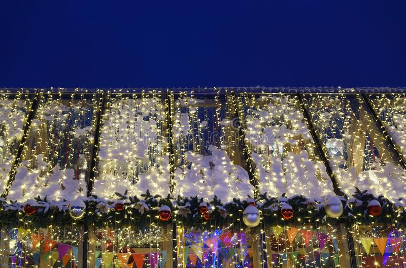 Kerstmisverlichting bij nacht stock foto's