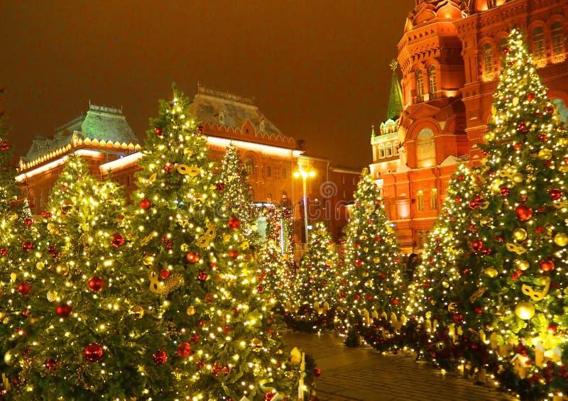 Kerstmisverlichting en verfraaide Kerstbomen op Manezhnaya-Vierkant in het centrum van de stad op achtergrond van het Kremlin in  royalty-vrije stock afbeeldingen