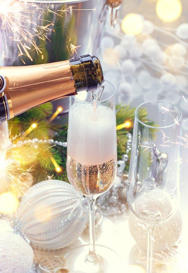 Kerstmisviering met champagne royalty-vrije stock afbeelding