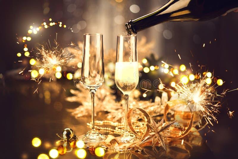 Kerstmisviering met champagne Vakantie verfraaide lijst stock fotografie
