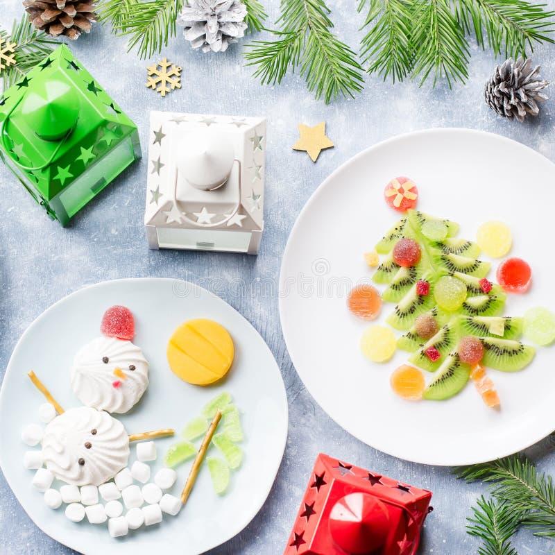 Kerstmisvoedsel voor kinderen - kiwikerstboom, heemstsneeuwman, banaan Santa Claus Hoogste mening royalty-vrije stock fotografie