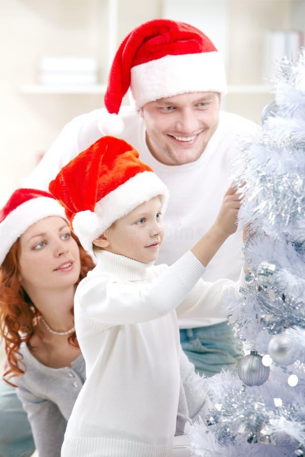 Kerstmisvoorbereidingen met ouders royalty-vrije stock foto's