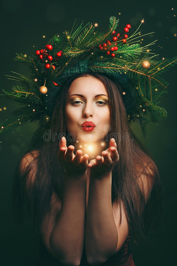 Kerstmisvrouw die magisch stof blazen royalty-vrije stock afbeeldingen