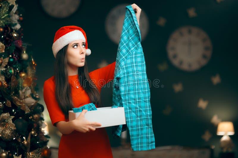Kerstmisvrouw die Pyjama's ontvangen als Gift royalty-vrije stock afbeelding