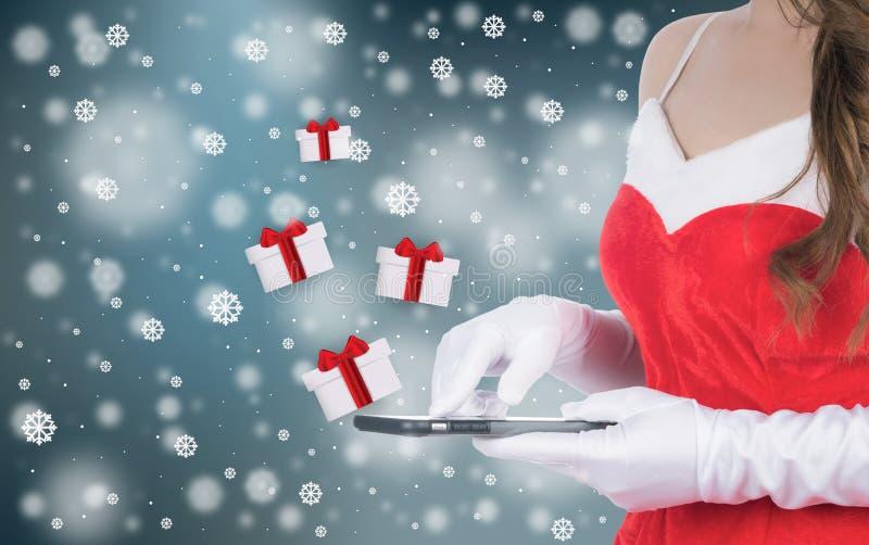 Kerstmisvrouw die slimme telefoon verzonden Kerstmisgiften houden stock foto's