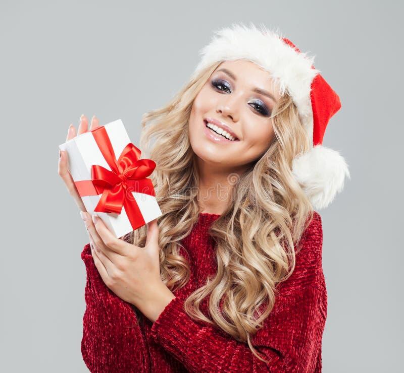 Kerstmisvrouw in Kerstmanhoed met de witte doos van de Kerstmisgift royalty-vrije stock foto