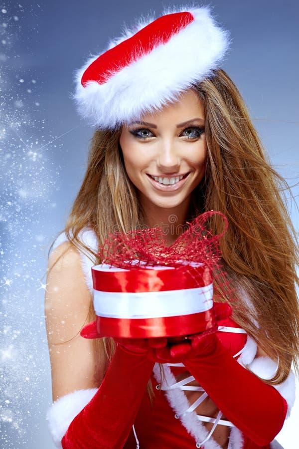 Kerstmisvrouw met giftendoos royalty-vrije stock afbeelding