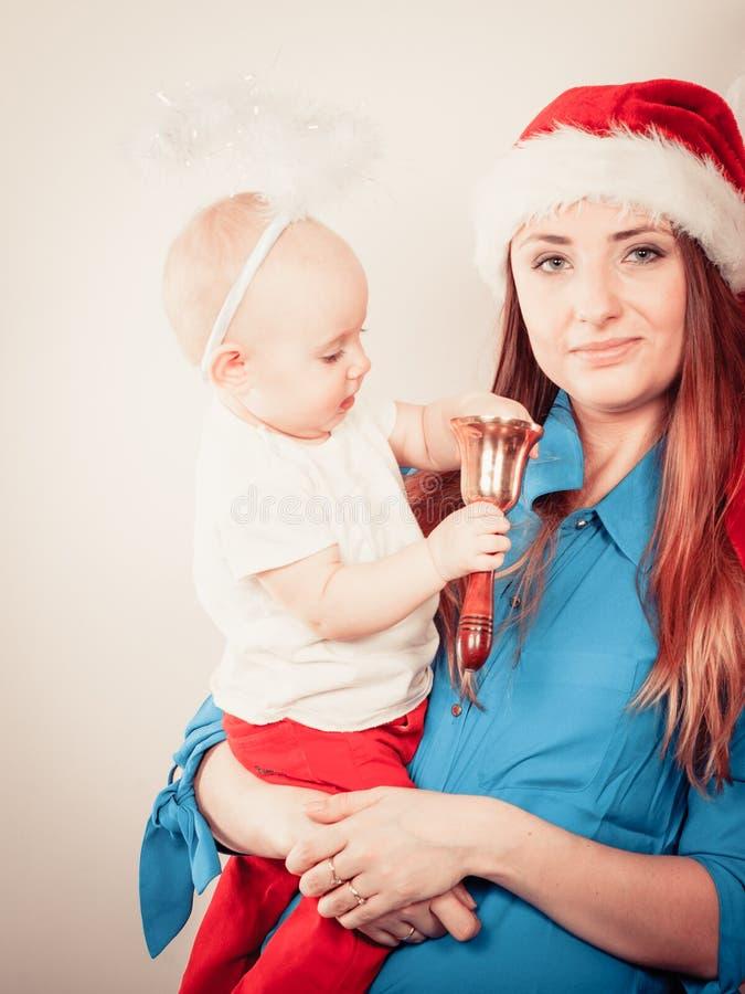 Kerstmisvrouw met leuke baby stock fotografie