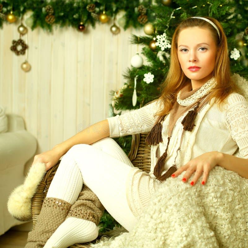 Kerstmisvrouw met retro gestileerde make-up royalty-vrije stock afbeeldingen