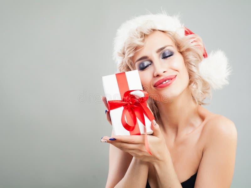 Kerstmisvrouw in Santa Hat met de Witte Doos van de Kerstmisgift stock afbeeldingen