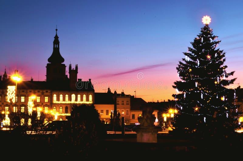 Kerstnachtscène in historische stad - Kerstmisboom royalty-vrije stock afbeelding