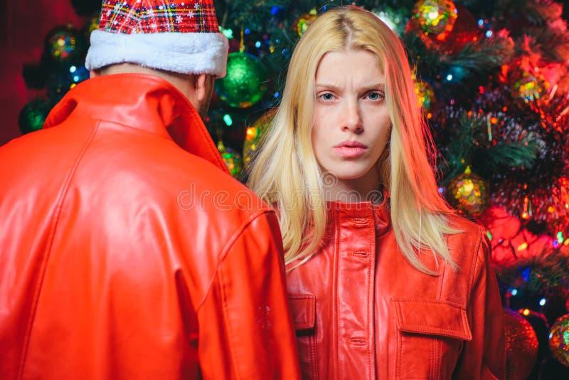 kerstpaar Familie en relaties Liefde van jonge mensen Meisje en man Mode voor winter- en feestdagen royalty-vrije stock foto's