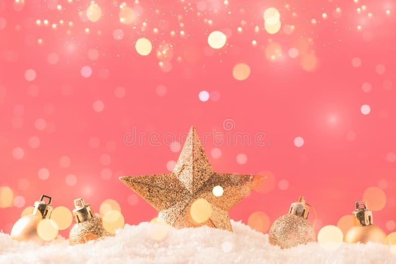 Kerstroze achtergrond met gouden ster Nieuwjaarsdecor Kerstballen in smowdriften en gouden boksechten stock afbeelding