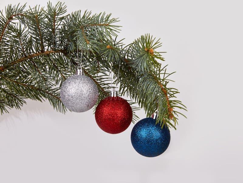 Kerstzilver, rode en blauwe glitter bauble ballen en evergreen spruce branch royalty-vrije stock fotografie