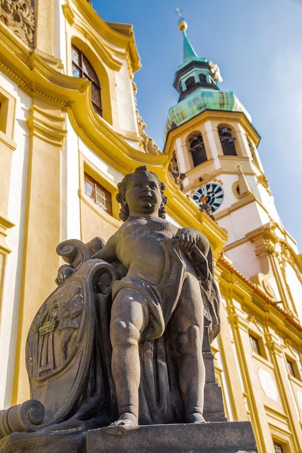 Kerub med skölden mot Prague Loretta och blå himmel royaltyfri fotografi