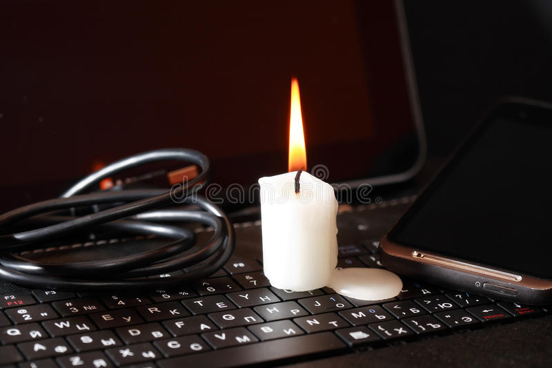 Kerze auf Laptop stockfotos