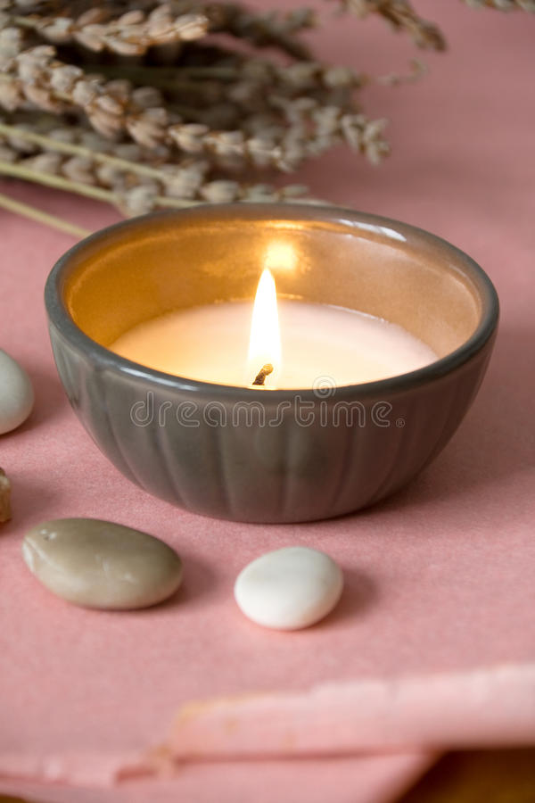 Kerze auf rosafarbenem Papier stockfotografie