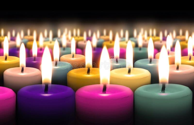 Kerze auf schwarzem Hintergrund lizenzfreie stockbilder