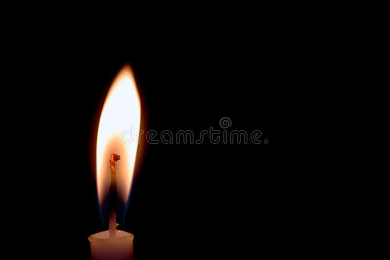Kerze auf schwarzem Hintergrund stockbilder