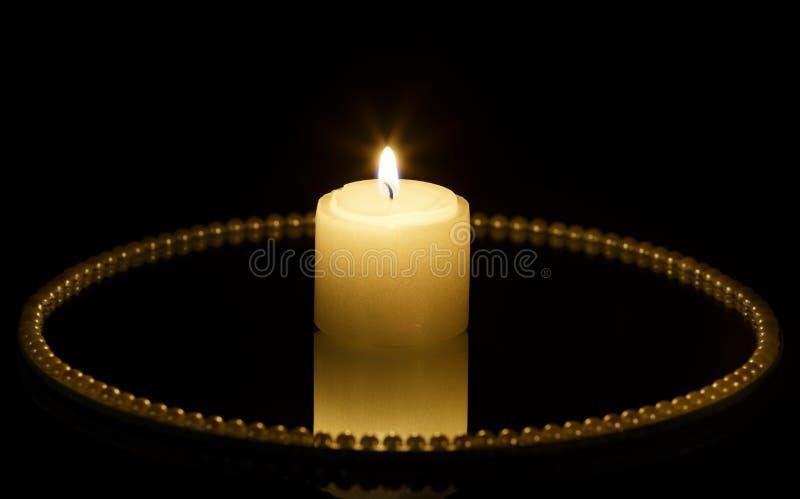 Kerze auf Spiegelplatte lizenzfreies stockfoto