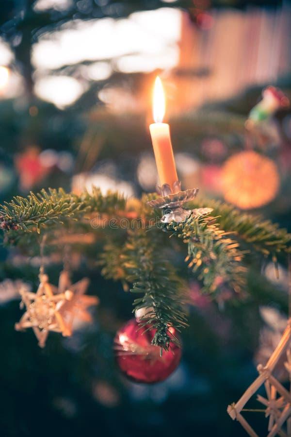 Kerze auf traditionellem verziertem Weihnachtsbaum, Abend lizenzfreies stockbild