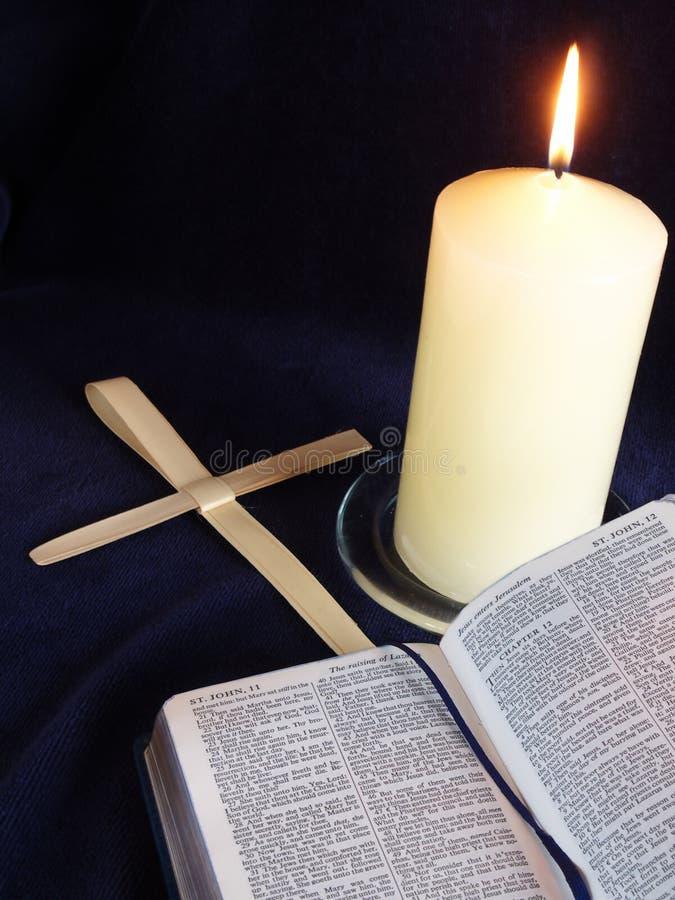 Kerze-, Bibel- und Palmenkreuze stockbild
