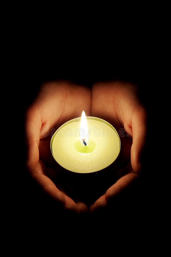 Kerze in den Händen lizenzfreies stockfoto