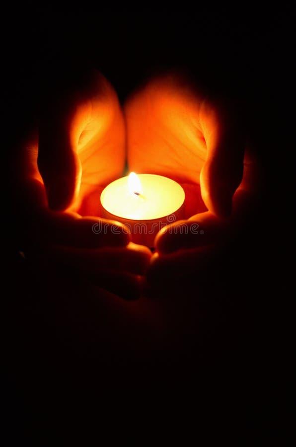 Kerze in den Händen lizenzfreie stockfotos