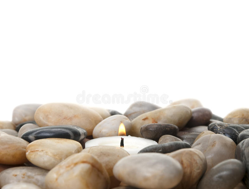 Kerze in den Steinen stockfotografie