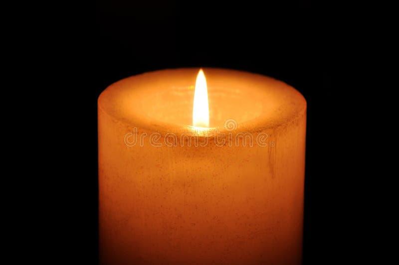 Kerze in der Dunkelheit lizenzfreie stockfotografie