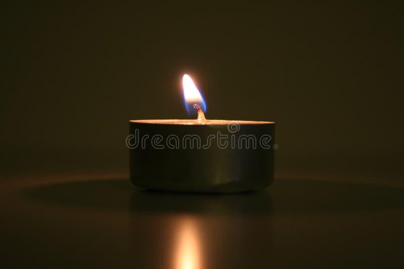 Kerze in der Dunkelheit lizenzfreies stockfoto
