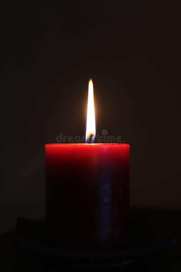 Kerze in der Dunkelheit lizenzfreie stockbilder
