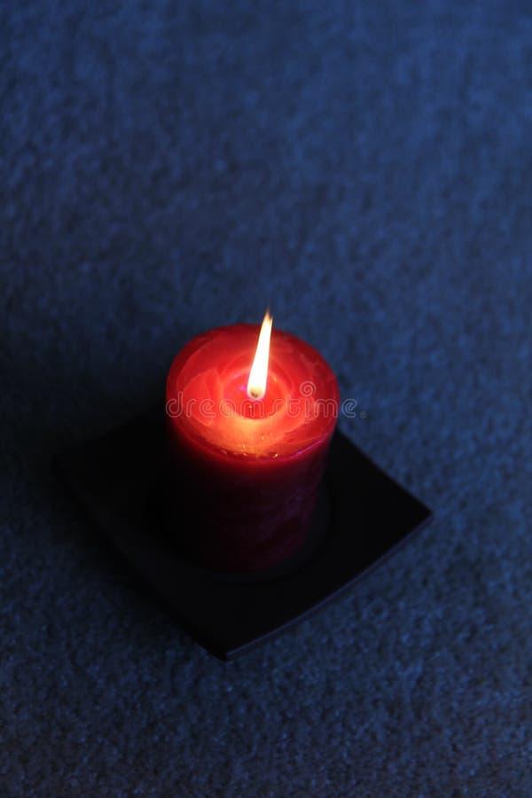 Kerze in der Dunkelheit stockfoto