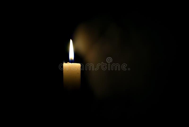 Kerze in der Dunkelheit Rauch von einer Kerze lizenzfreies stockfoto