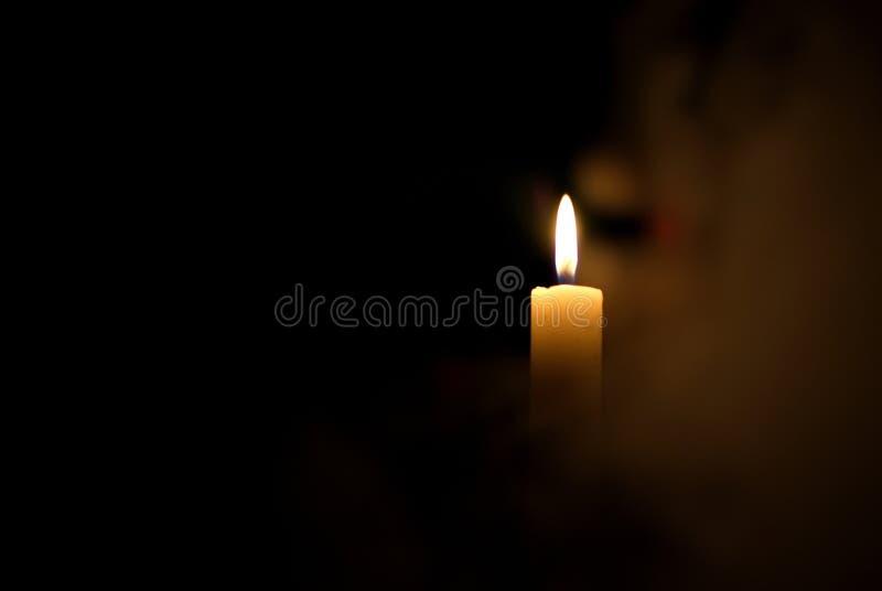 Kerze in der Dunkelheit Rauch von einer Kerze lizenzfreie stockfotos