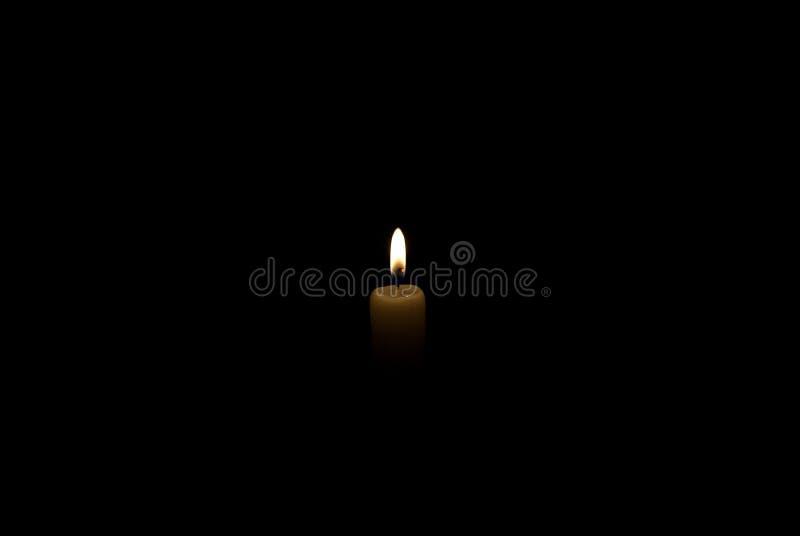 Kerze in der Dunkelheit Rauch von einer Kerze stockfotografie