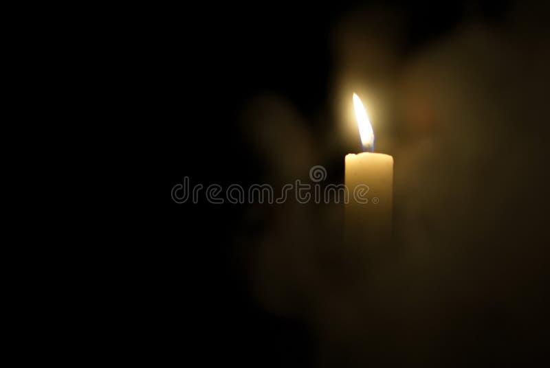 Kerze in der Dunkelheit Rauch von einer Kerze lizenzfreies stockbild