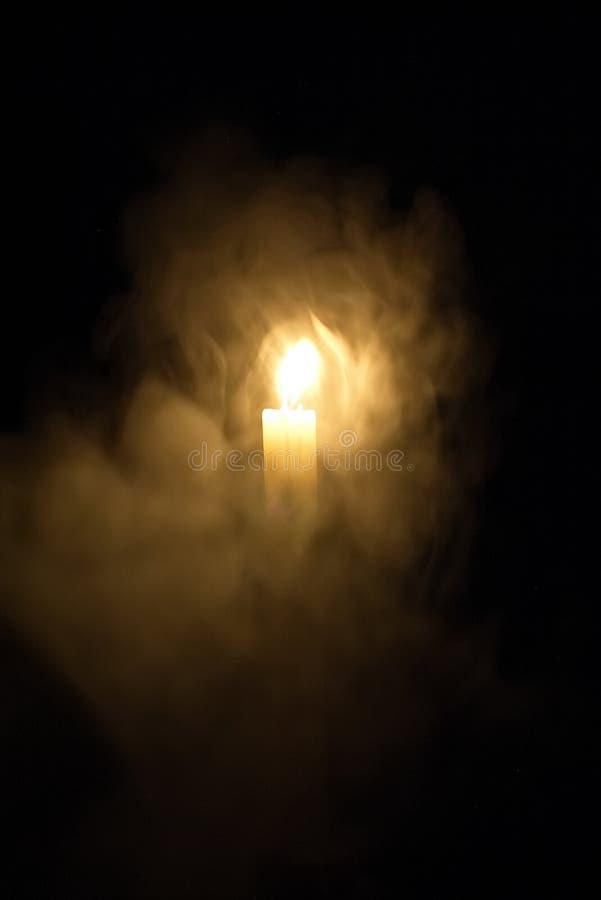 Kerze in der Dunkelheit Rauch von einer Kerze lizenzfreie stockfotografie