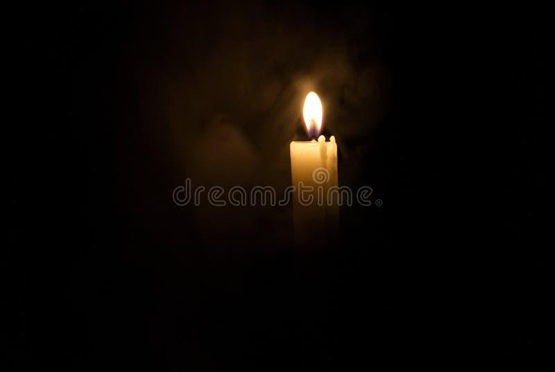 Kerze in der Dunkelheit Rauch von einer Kerze stockfoto