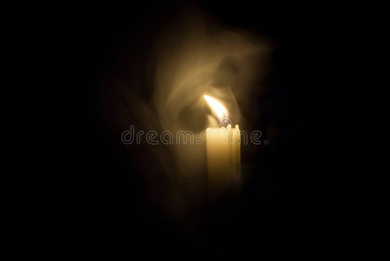 Kerze in der Dunkelheit Rauch von einer Kerze stockbild