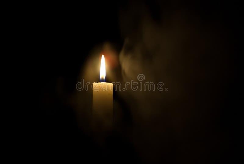 Kerze in der Dunkelheit Rauch von einer Kerze stockbilder