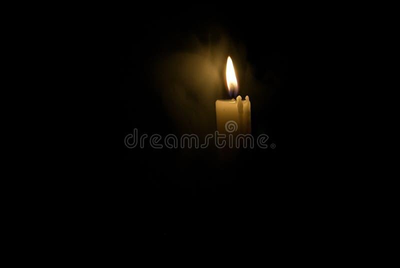 Kerze in der Dunkelheit Rauch von einer Kerze lizenzfreie stockbilder
