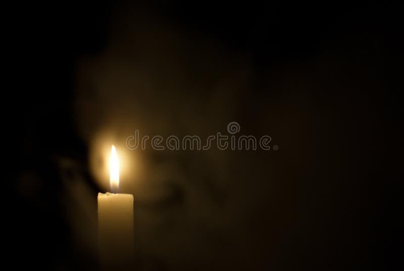 Kerze in der Dunkelheit Rauch von einer Kerze stockfotos