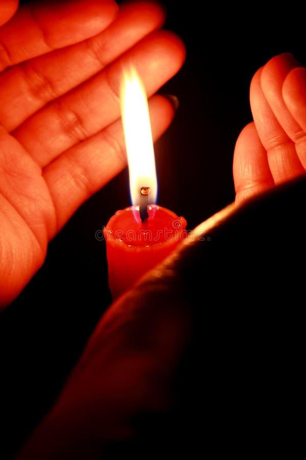 Kerze in der Hand stockfoto