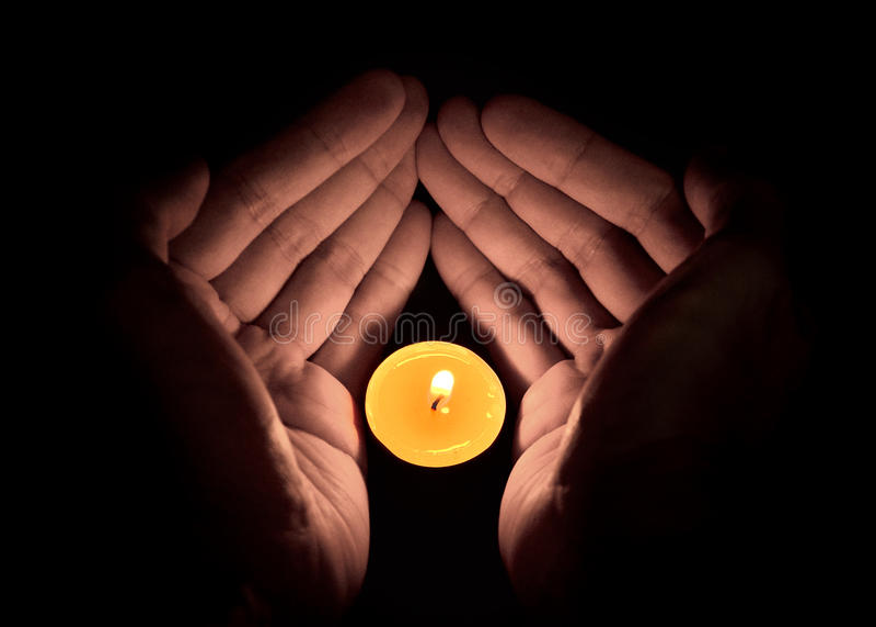 Kerze in der Hand, Hoffnungskonzept lizenzfreies stockbild