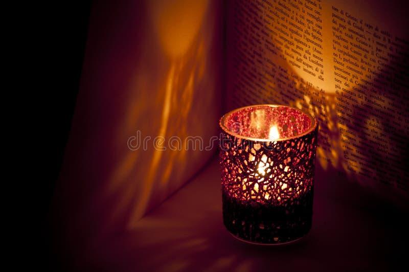 Kerze in der Nacht stockbild