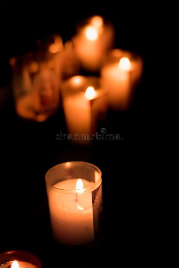 Kerze, die an der Kirche brennt lizenzfreies stockfoto